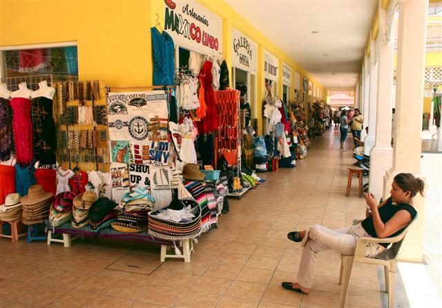 Cozumel: No tourists shopping